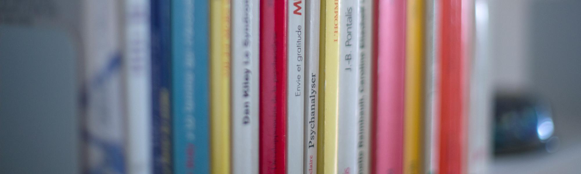 Photo du cabinet avec des livres